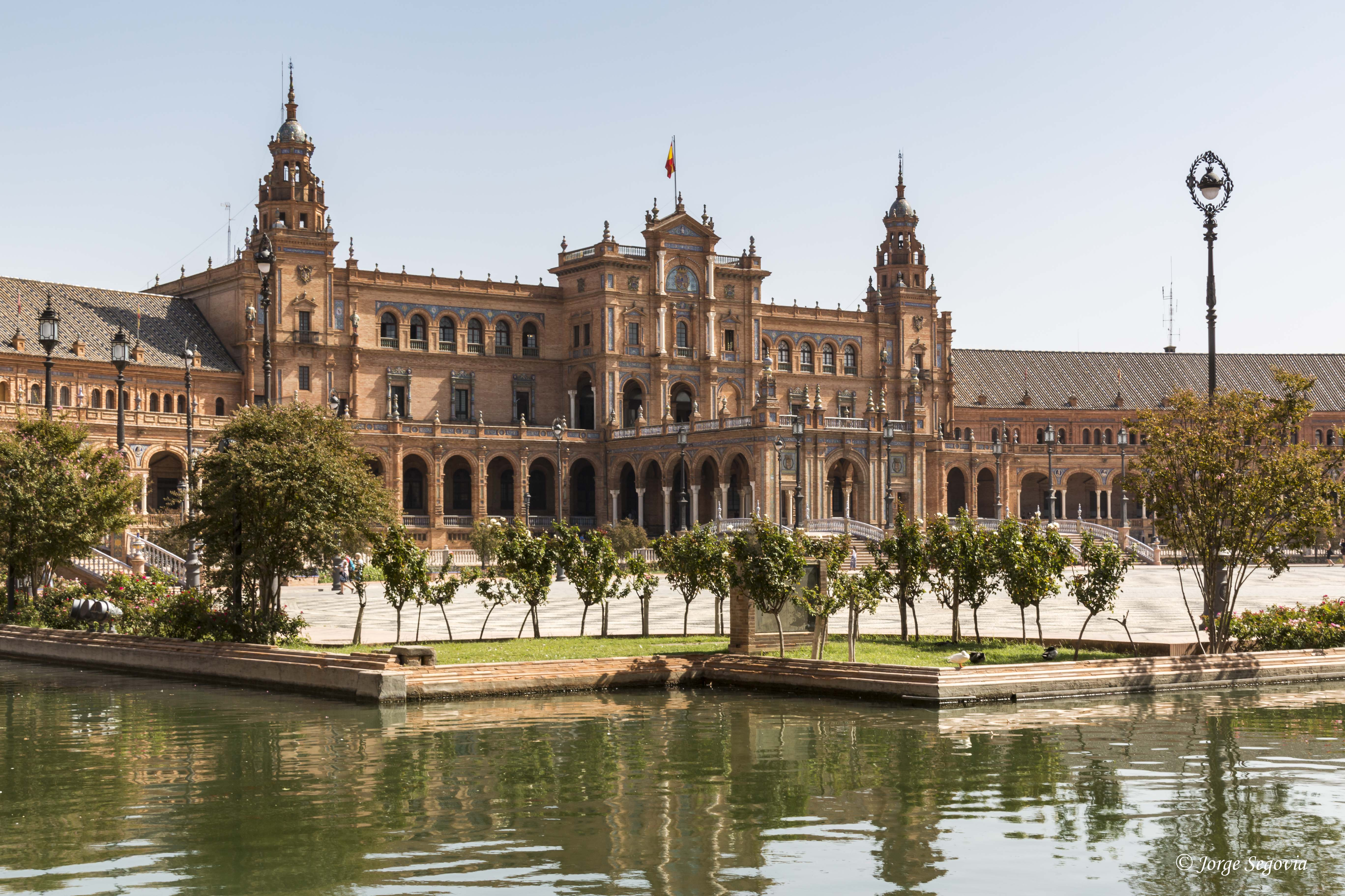 Plaza de España: un abrazo de 170 metros